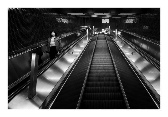 Rolltreppe mit Frau, schwarz weiß Foto, Spotlight