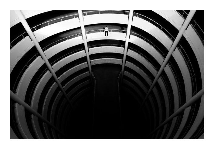 Parkhaus Auffahrt Mensch an Abgrund schwarz weiß