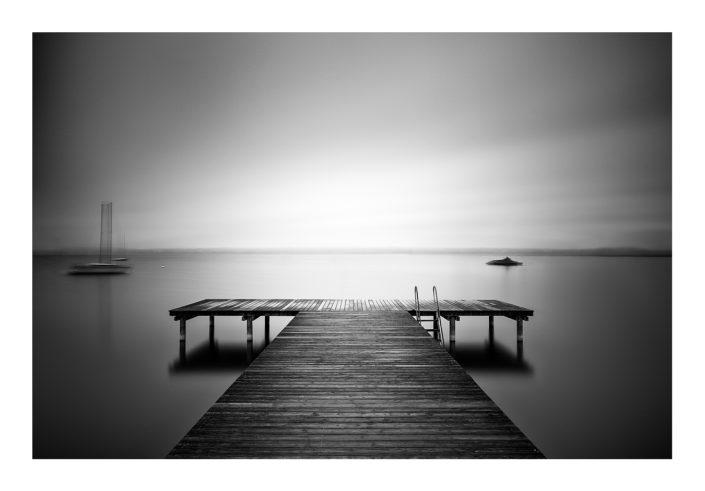 Steg am See Woken schwarz weiß Segelboot