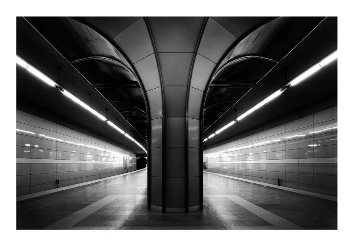 UBahn Architektur Pfeiler schwarz weiß