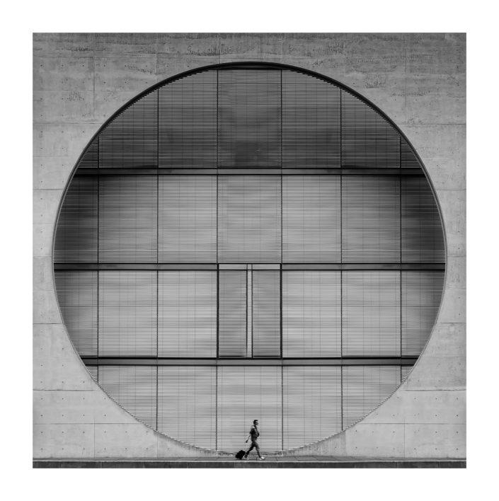 Mann mit Koffer Berlin Architektur Kreis
