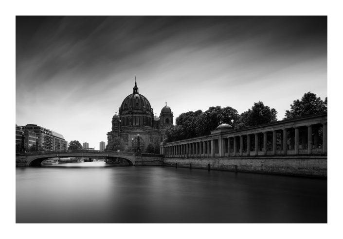Berliner Dom mit Fluss verwischte Woken, schwarz weiß