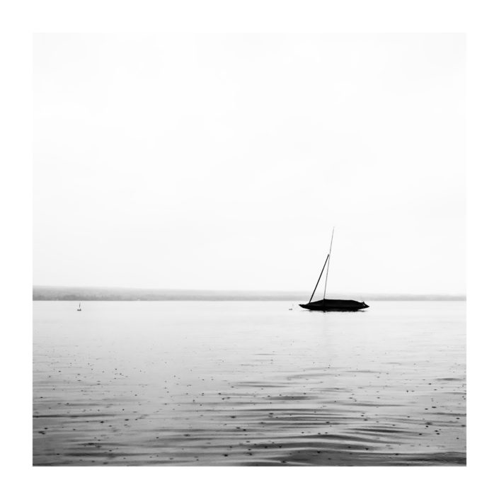 Boot auf See, Regen, schwarz weiß