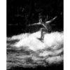 Surfer im Eisbach reitet Welle, Bewegung, Wasser spritzt, schwarz weiß Foto, Tom Brunner