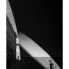 Mann spaziert durch Bogen aus Licht, Streetphotography, schwarz weiß, Tom Brunner