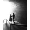 Paerchen geht am Gelaender ins Licht, schwarz weiss, Streetphotography, Tom Brunner