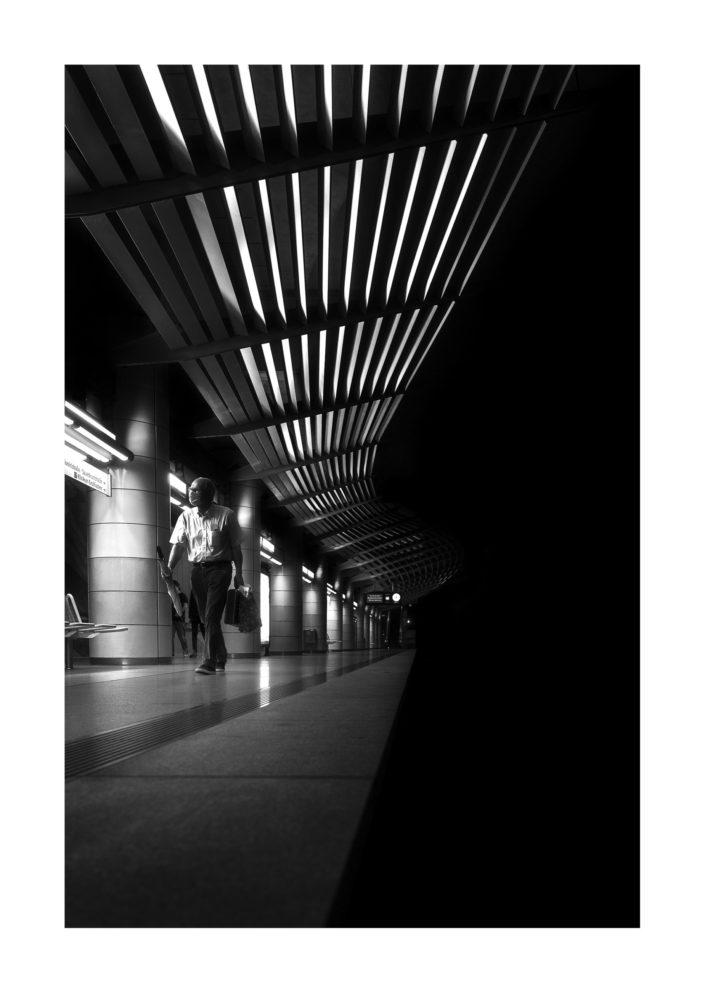 Mann mit Regenschirm, Bahnhof, Architektur, Tom Brunner