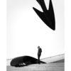 Mann betrachtet moderne Kunst, Streetphotography, schwarz weiß, Tom Brunner